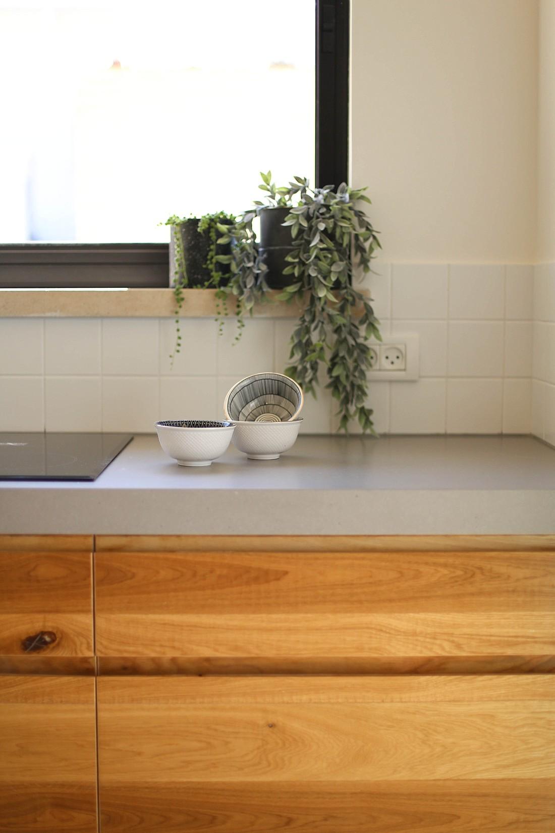 """מטבח מעץ אלון תלת שכבתי-ידיות אינטגרליות ושיש מבטון בגובה 6 ס""""מ"""