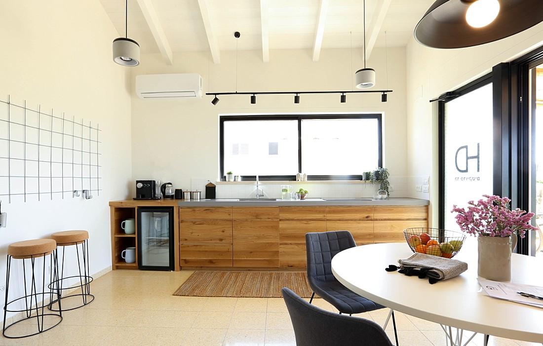 """מטבח מעץ אלון תלת שכבתי-ידיות אינטגרליות ושיש מבטון בגובה 6 ס""""מ- זווית רחבה"""